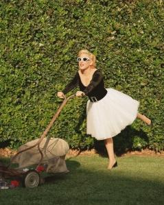 Bette-Midler-by-Annie-Leibovitz_mowing