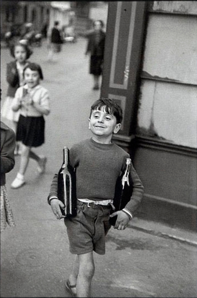 henri-cartier-bresson-rue-mouffetard- paris-1954-boy-smiling-wine-bottles