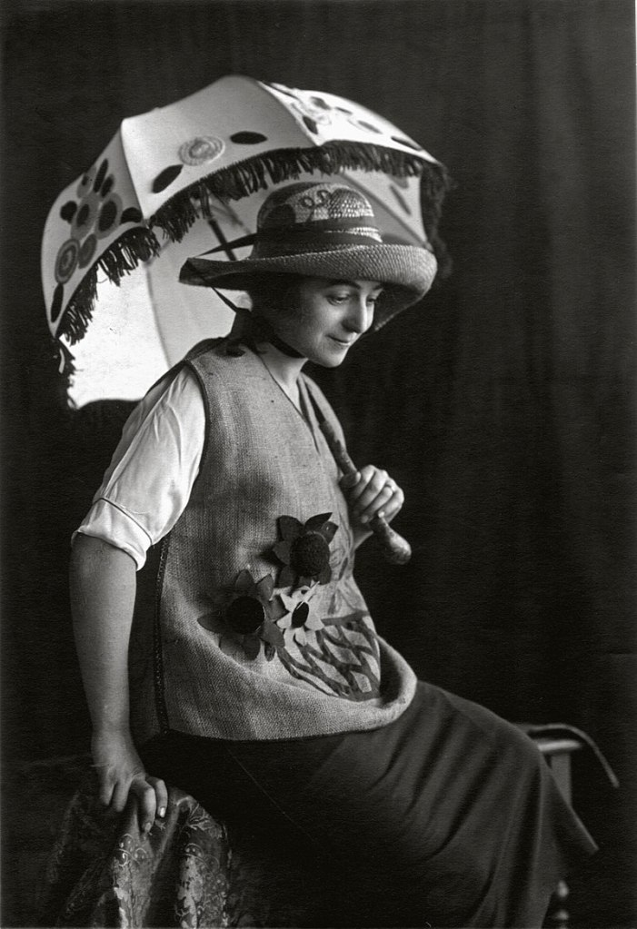 This image has an empty alt attribute; its file name is sonia_delaunay_wearing_casa_sonia_creations_madrid_c.1920.jpg